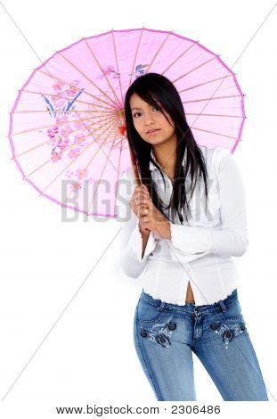 Menina casual com uma guarda-chuva rosa