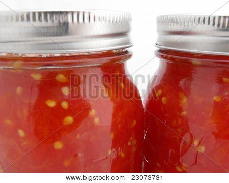 Close-up vidro picado frascos de molho de tomate