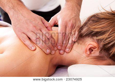 Hermosa joven recibiendo un tratamiento spa