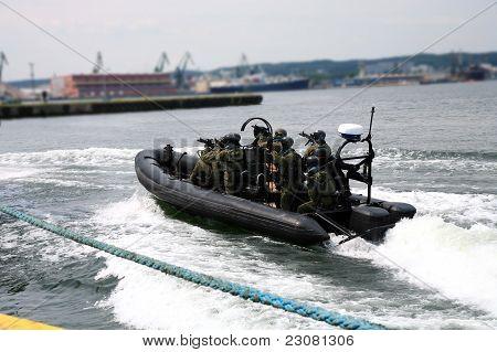 Soldat Schiff einsteigen.