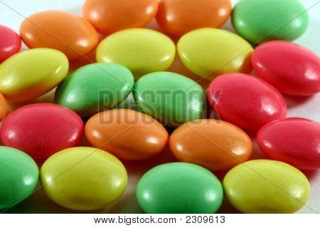 Farbige Pillen auf weiß