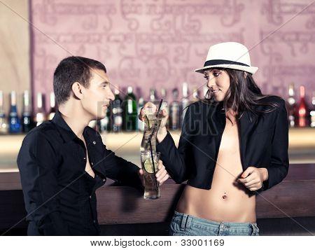 Mode-Stil-Foto eines Paares in der bar