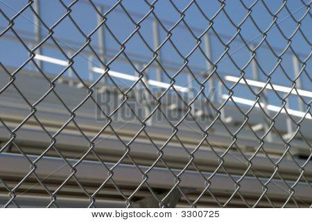 Tribüne hinter Zaun