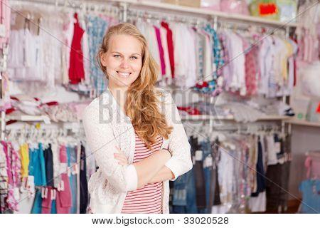 amante de la mujer en la tienda de ropa