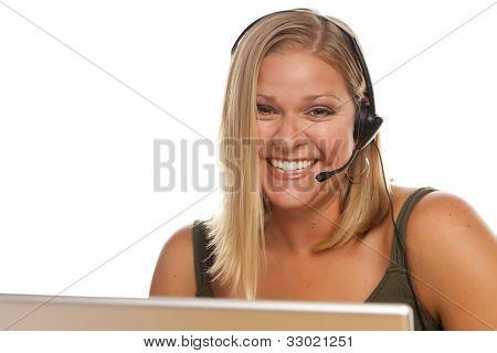 Operador de telefonía de apoyo hermoso cliente femenino amistoso frente a una pantalla de ordenador aislado en