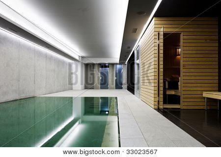 moderna casa de hormigón, piscina cubierta con sauna