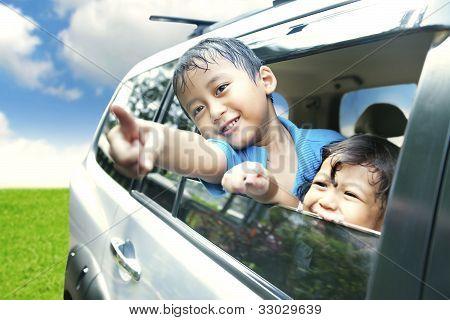 asiatischen Kinder auf einer Straße Reise