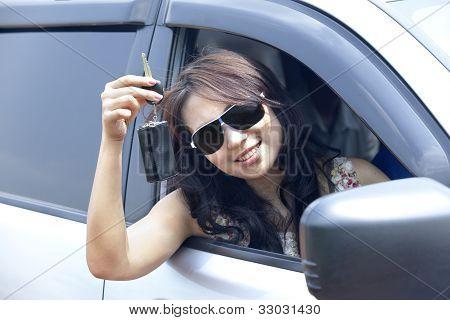 Novo proprietário do carro, mostrando a chave