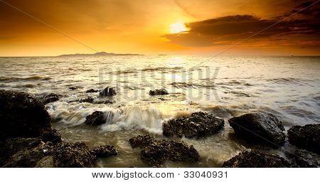 Punto de vista de la puesta del sol en la playa de Pataya