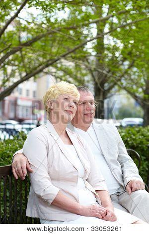 Älteres Paar auf Bank im Park sitzen im Sommer