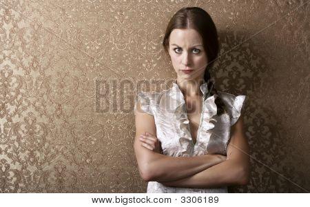 Mulher jovem, encostado em uma parede