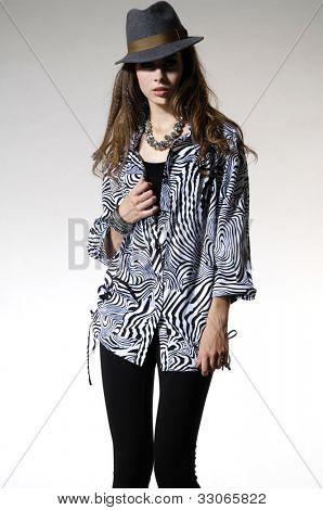 modelo de moda en moda vestido posando