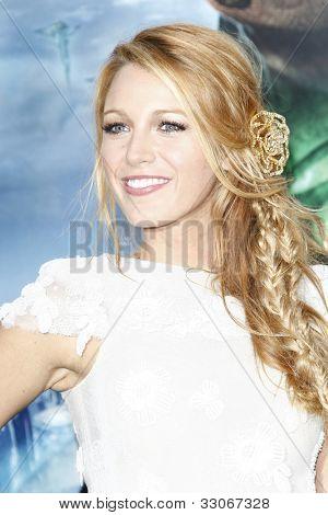 LOS ANGELES - el 15 de junio: Blake Lively en el estreno de Warner Bros Pictures 'Green Lantern' llevó a cabo un
