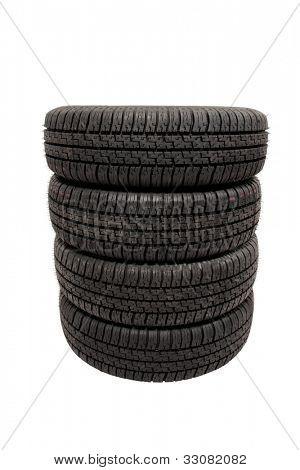 Empilhados pneus isolados no fundo branco