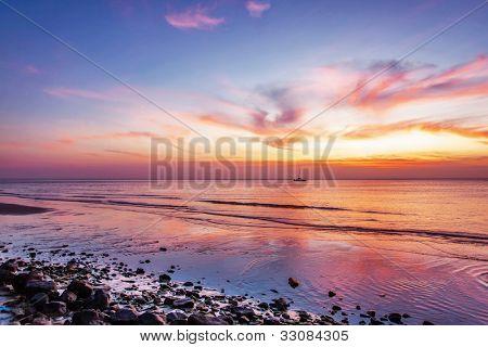 Praia tropical em belo pôr do sol. Fundo de natureza