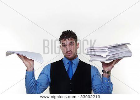Empresario lleva una camisa y corbata en una capa de la cintura