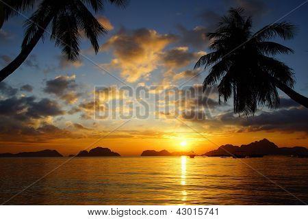 Sunset at Corong corong beach. El Nido