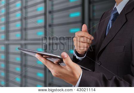 Empresario mano usando nueva tecnología