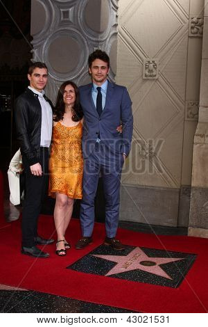 LOS ANGELES - MAR 7: Dave Franco, Betsy Franco, James Franco en el Hollywood Walk of Fame ceremonia