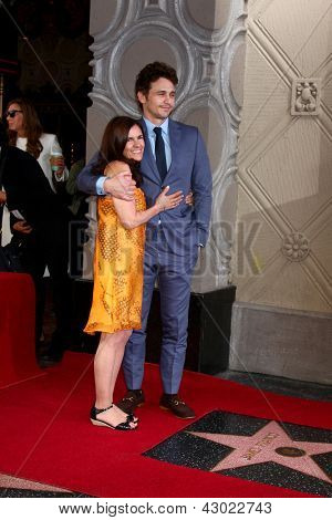 LOS ANGELES - 7 de MAR: Mother Betsy Franco, James Franco en el honor del paseo de la fama ceremonia de Hollywood