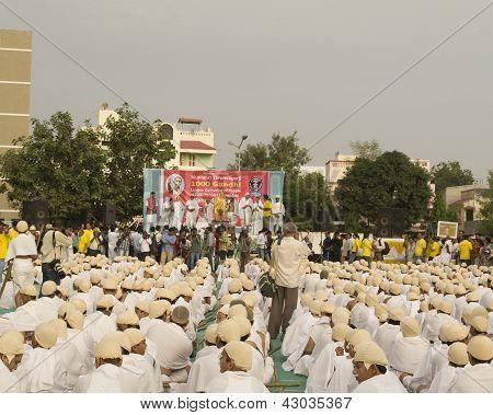 Saint Tarunsagar Sitting On Stage And Addressing 1000 Gandhi Dressed Students
