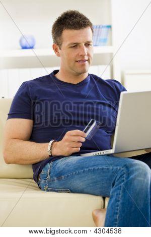 Homem compras on-line