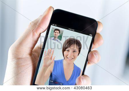 Casal, desfrutando de uma chamada de vídeo de um Smartphone