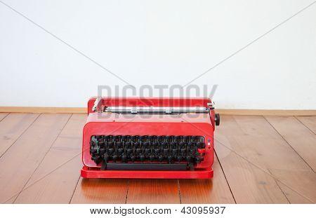 alte rote Schreibmaschine