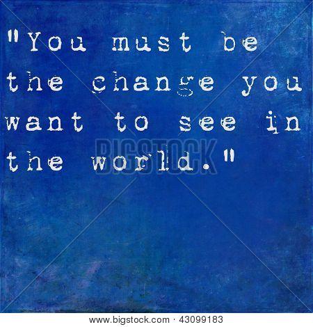 Inspiradora citação por Mahatma Ghandi na terra fundo azul