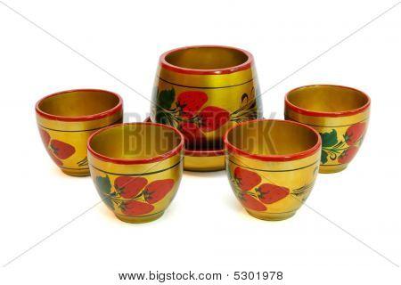 Ruso pintado madera olla con tazas aislado