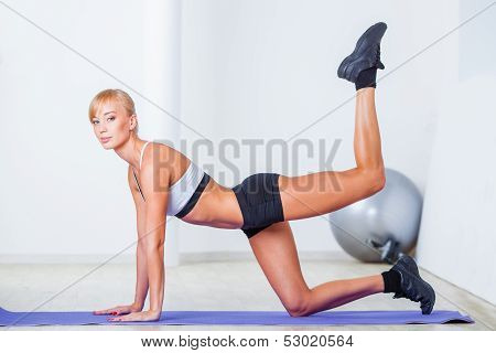 woman exersizing on the floor