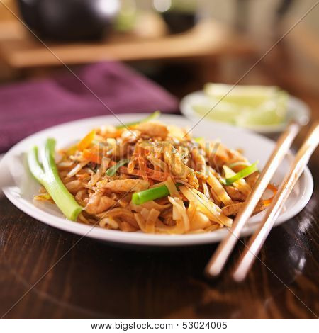 pad thai with chicken dish
