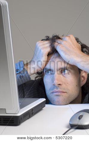 Man Blick auf Computer in ihrer Verzweiflung