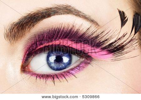 Macro del ojo con las pestañas falsas.