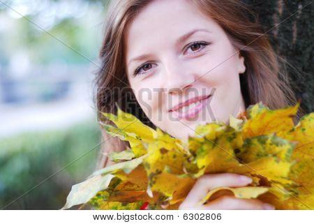 Frau mit gelbe Blätter