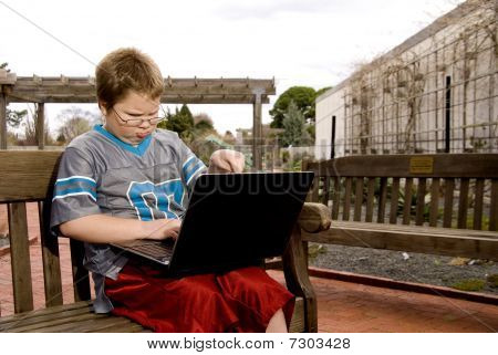Niño usando una computadora