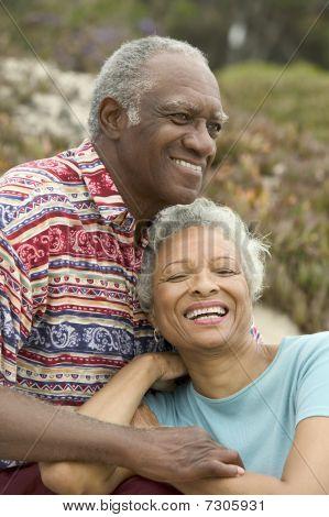 Pareja de African American Senior relajante sonriendo al aire libre