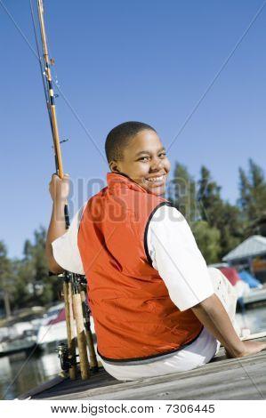 Boy Fliegenfischen von Pier lächelnd (Hochformat)