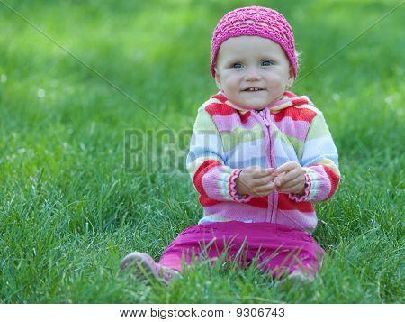 Niños en la sala rosa en el prado verde