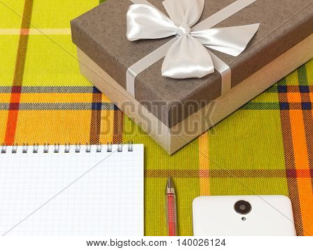 Smartphone Notepad gift box on the table