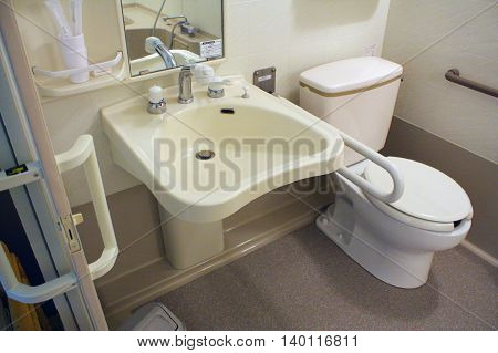 Modern Japanese Bathroom design by Universal concept. Have a functional for handicap and everyone.