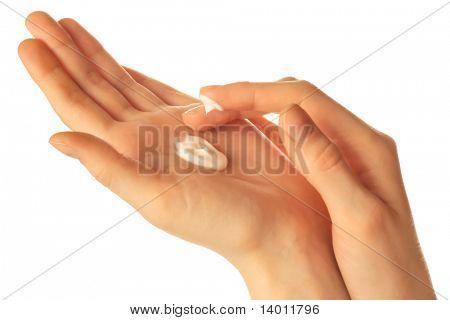 Mãos com creme sobre branco