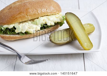 egg sandwich on a whole wheat bun