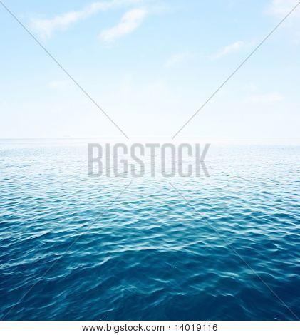 Mar azul con ondas y cielo azul