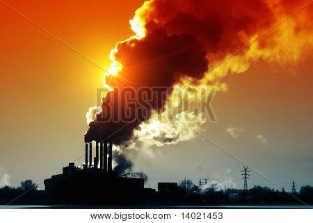 Usina de energia com ar laranja, fumo e sujo