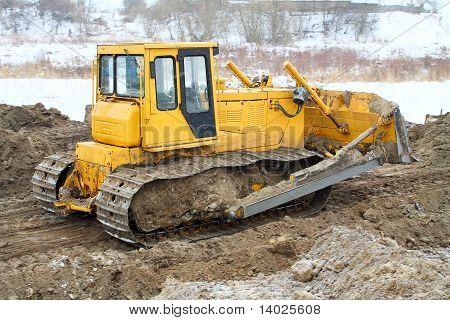 eine gelbe Bulldozer arbeiten im winter