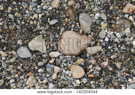 mosaico natural en la arena con piedras