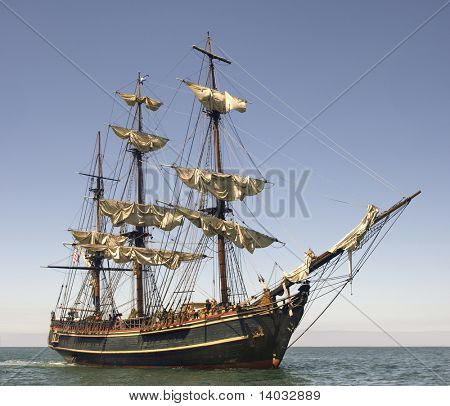 Barco de estilo pirata zarpando en alta mar