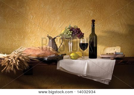 Brot, Weizen, Wein, Käse, Trauben gegen eine rustikale Gips-Wand