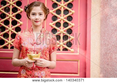The Asian Chinese Woman In Traditional Chinese  Hold Chinese Money